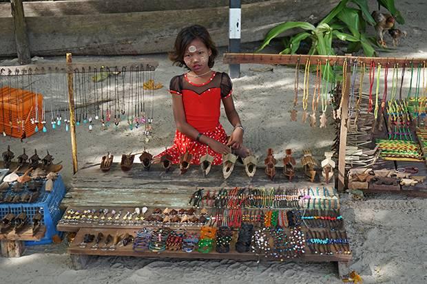 moken girl selling souvenirs