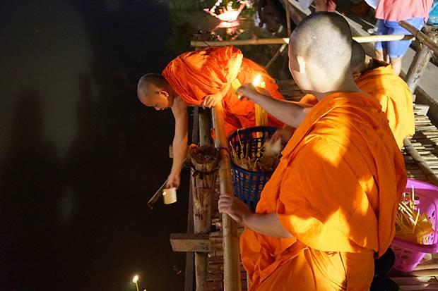 monks releasing krathong