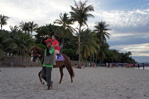 riding a horse in hua hin beach